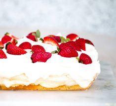 """""""Heimsins besta kaka"""" á rætur sínar að rekja til Noregs. Köstliche Desserts, Delicious Desserts, Healthier Desserts, Sweet Cakes, Quick Easy Meals, No Bake Cake, Baked Goods, Cake Recipes, Cheesecake"""