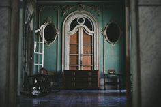 Το φωτογραφικό ταξίδι του Κωνσταντίνου Σοφικίτη επικεντρώνεται στους ανθρώπους που κατοικούν, ορίζουν το χρώμα και πλάθουν το καθημερινό σκηνικό της ιδιαιτερότητας της Κούβας. Curtains, Home Decor, Blinds, Decoration Home, Room Decor, Draping, Home Interior Design, Picture Window Treatments, Home Decoration