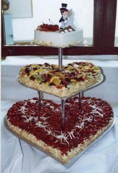 Hochzeitstorte In Form Von Zwei Herzen Mit Erdbeeren Recipes Of