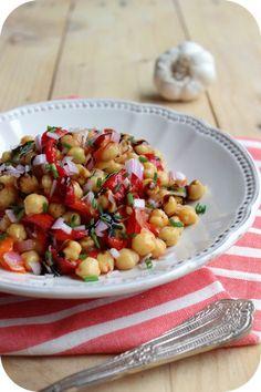 Salade de pois chiches aux poivrons marinés (poivrons marinés = bonheur) Veggie Recipes, Salad Recipes, Vegetarian Recipes, Healthy Recipes, Salad Bar, Entrees, Good Food, Lunch, Cooking
