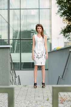 Biała sukienka z printem w odcieniach szarości. White dress with print in grey shades. http://www.bee.com.pl/e-sklep/