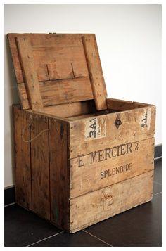 5d93b1aefc1 21 beste afbeeldingen van Oude kisten - Crates, Logs en Old boxes