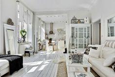 Keltainen talo rannalla: Modernia, valkoista ja huonekaluja