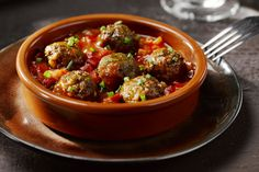 Albondigas zijn Spaanse kruidige gehaktballetjes in een pittige tomatensaus. Een heerlijke tapa!
