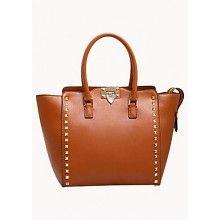 Een elegante tas van hoogwaardig leer met een rij studs op de voorkant. De tas heeft twee hengsels, een ritsvak in de voering, twee steekvakken en een afneembare schouderband. De tas heeft een ritssluiting aan de bovenkant.