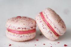 Hurra for hindbær macarons Yummy Treats, Sweet Treats, Yummy Food, Macarons, Gourmet Recipes, Cake Recipes, Gourmet Foods, Biscuits, Macaron Recipe