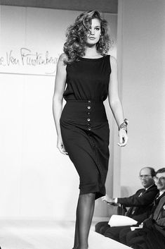 Cindy Crawford Diane von Fürstenberg Fashion Show, Spring/Summer 1983 Retro Fashion 60s, 80s Fashion, Fashion Beauty, Fashion Show, Fashion Outfits, Most Beautiful Models, Beautiful Long Hair, Cindy Crawford Young, Colleen Dewhurst