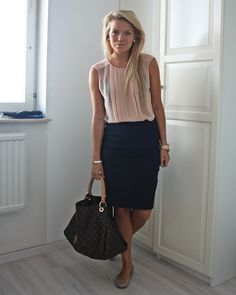 I need a navy pencil skirt. (obviously not a black bra underneath) Office Fashion, Business Fashion, Work Fashion, Fashion Outfits, Fashion Clothes, Business Casual Skirt, Business Attire, Look Formal, Moda Casual