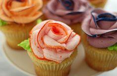 Na onze vorige blogpost over hoe je met een spuitmondje en royal icing aan de slag kan om een roos bovenop je cupcake te toveren, vandaag een spécialleke. Door middel van voedingskleurstof toe te voegen in de spuitzak maak je een supermooie roos. Watch and learn