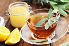 Officinale, sclarée, en tisane ou en huile essentielle, la sauge est une plante reconnue depuis l'Antiquité pour ses vertus médicinales. Ballonnements, aphtes, mal de gorge, bouffées de chaleur... Découvrez-les toutes !
