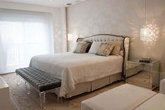 Decoração de apartamento, apartamento, com ambientes integrados com tons neutros, decoração com personalidade. Quarto, quarto de casal, com tons neutros, cabeceira estofada, criado-mudo espelhado e tapete.
