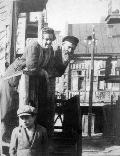 Menachem Kipnis. Couples in town Równe in Vólyníu. (Scenes from a vanished world: Jews in interwar Poland) - via lemurs.is