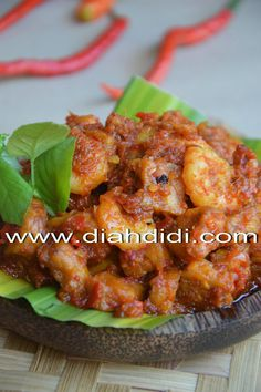 Indonesian Food Indonesian cuisine is one of the most vibrant and colourful cuisines in the world, full of intense flavour. Diah Didi, Vegetarian Recipes, Cooking Recipes, Kitchen Recipes, Seafood Diet, Indonesian Cuisine, Indonesian Recipes, Malay Food, Asian Kitchen