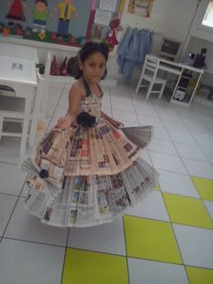 Newspaper dress - Gifts For Love Recycled Costumes, Recycled Dress, Diy Fashion Show, Kids Fashion, Outfits For Spain, Paper Clothes, Newspaper Dress, Fancy Dress For Kids, Eco Clothing