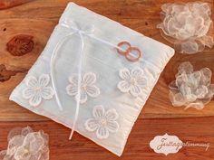 #Ringkissen - Ringkissen mit Spitzen-Blüten - ein Designerstück von Festtagsstimmung bei DaWanda