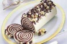 Mary Berry's Manhattan roulade This impressive white chocolate dessert from Great British Bake Off star Mary Berry is perfect for dinner parties, especially as you can make it the day before. White Chocolate Desserts, Chocolate Butter, Melting Chocolate, Lindt Chocolate, Chocolate Recipes, Chocolate Smoothies, Chocolate Mouse, Chocolate Shakeology, Chocolate Roll
