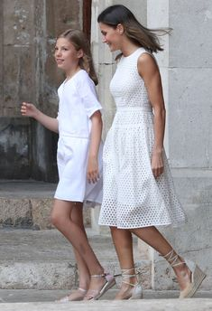 Queen Letizia's daughters Leonor and Sofia take family photo in Palma Queen Letizia of Spain, joined Princess Leonor, and Princess Sofia, alongside King Felipe, for a summer photocall at the Royal Palace of La Almudaina in Majorca on Sunday. Girls Fashion Clothes, Winter Fashion Outfits, Holiday Outfits, Modest Fashion, Fall Outfits, Summer Outfits, White Work Dresses, Simple Dresses, Pretty Dresses