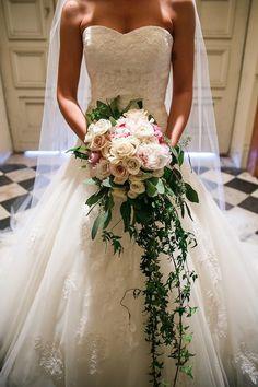 Que tal optar por este modelo no dia do seu casamento? Obouquet de noivaé um acessório usado há muito tempo pelas noivas de todo o mundo. Com a atual diversidade de modelos e flores as noivas pod...