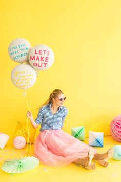 I love ideas that are sweet, simple, and easily customizable. This project definitely fits the bill! Make someone a special surprise by hand-painting compliments or funny sayings onto mylar balloons! Birthday Goals, Birthday Photos, 30 Birthday, Balloon Painting, Cottage Crafts, Party Photography, Mylar Balloons, Photo Couple, Diy Party