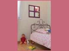 Créer un miroir mural décoratif sur du papier-peint intissé // Habituellement utilisés en déco pour agrandir une pièce, les miroirs muraux décoratifs ajoutent une touche de coquetterie à votre intérieur lorsqu'ils sont assemblés sur du papier-peint intissé.