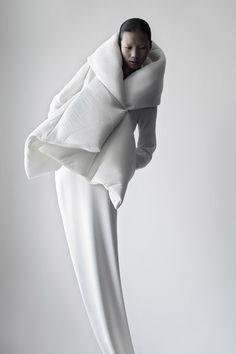O branco como uma cor que inclui todas as outras e que reflete, denotando pureza, paz, estabilidade, harmonia e ordem.