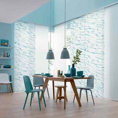 Schiff, Ahoi! Von den harmonischen Linien fließenden Wassers inspiriert ist der semitransparente Flächenvorhang NAMI von JAB. Die gleichmäßigen Wellen sorgen für eine beruhigende Wirkung im Raum.