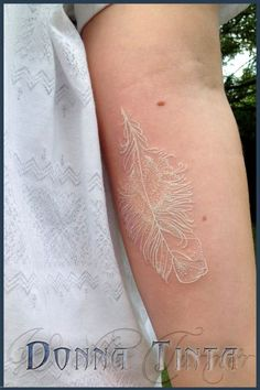 white tattoo by donna tinta. i'm thinking i really like these white tattoos. Tattoos Plume, White Feather Tattoos, Hair Tattoos, Body Art Tattoos, New Tattoos, Tattoos For Guys, Sleeve Tattoos, Tattoo Feather, Brown Tattoos