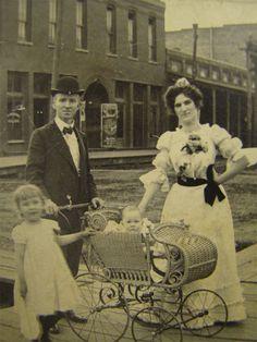 Do you need wedding tips? Vintage Photos Women, Antique Photos, Vintage Pictures, Vintage Photographs, Old Pictures, Vintage Images, Old Photos, Art Nouveau, Belle Epoque