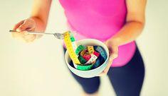 Dieser beispielhafte Ernährungsplan für 4 Wochen basiert auf einer täglichen Kalorienaufnahme von rund 1500 kcal. So nehmen Sie zwar ab, haben aber gleichzeit genug Energie für Ihr Workout.