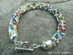 Je persévère pour apprendre le montage de perles à l'aide d'un crochet, hélas, rien à faire, j'ai essayé avec des petites,des grosses... Diy Jewelry, Jewelry Accessories, Flower Bracelet, Bijoux Diy, Beading Projects, Brick Stitch, Bead Weaving, Seed Beads, Beaded Bracelets