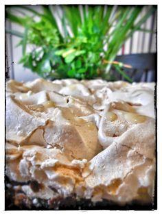 Ostertorte: Schoko Eierlikör Schneemousse Torte. Leckerer Schokoladenboden mit einer Eierlikör-Sahne Creme und einem Baiser Topping.