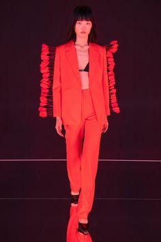 Calvin Luo Spring 2020 Ready-to-Wear Fashion Show Collection: See the complete Calvin Luo Spring 2020 Ready-to-Wear collection. Look 35 2020 Fashion Trends, Fashion Week, Paris Fashion, Vogue Paris, Moda Funky, Backstage, Style Funky, Eccentric Style, Cyberpunk Fashion