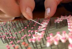 後は、始まりの釘に糸をしっかりと括りつけて、ひたすらに釘同士を糸で繋いでいくだけ。繋ぎ方で濃淡のムラができやすいから、途中全体を確認しながら繋いでいきましょう。