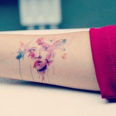 Você gosta de aquarela? #aquarela #watercolor #rosto #face #tinta #ink #cores #colors #colorido #colored #delicada #cute #tatuagem #tattoo #newtattoo #novatatuagem #tattoo2me #tattootome #t2m #like #follow #instattoo #instalike #instagood...