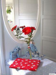 punainen,vaaleansininen,eteinen,tilda,hevonen,pilkullinen,kukat,kukat sisustuksessa,peili,peiliovi,pinkopahvi,Tee itse - DIY,vanha pullo,värikäs,värikäs koti