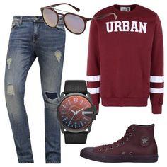 In questo outfit i jeans blu, con strappi ed effetto délavé, sono abbinati a capi bordeaux: felpa con scollo tondo e righe, stampa a contrasto, sneakers alte di pelle, orologio in acciaio, con cinturino di pelle, occhiali da sole con lenti a specchio.