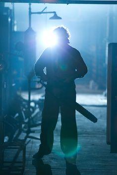 """""""Fissavo quest'uomo di due metri con le sopracciglia enormi e occhi veramente spaventosi. Ero ipnotizzato. Mi dissi: credo di star guardando in faccia #Leatherface. Fu un incontro del tutto casuale e in seguito non riuscii più a pensare a #Leatherface senza pensare a Dan Yeager."""" J. Luessenhop (regista)  #NonApriteQuellaPorta3D arriva DOPODOMANI al #cinema!"""