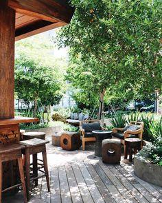 Procurando o lugar do momento para hospedar-se em Miami? Pois a Andrea Coser, nossa querida amiga e colaboradora, tem uma indicação superespecial. Ela esteve recentemente no EAST Miami, um empreendimento superbadalado e moderno que a encantou em todos os sentidos: desde a arquitetura e design de interiores ao ótimos bares e restaurantes do hotel. O …