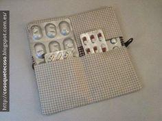 Aprovechando retales podemos elaborar fundas para llevar todo ordenado, como, por ejemplo, esta para guardar las pastillas cuando nos vamos de viaje. ¿Os animáis a imitarla?