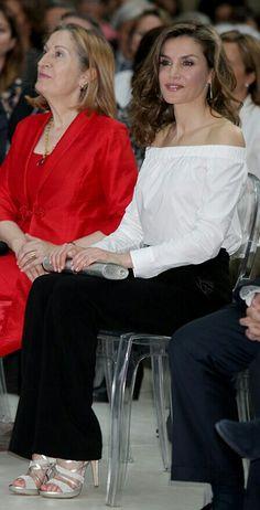 Queen Letizia - White Hugo Boss top - Black Uterqüe pants - Silver Magrit sandals