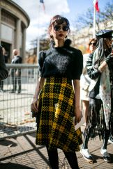 They Are Wearing: Paris Fashion Week Women's Spring 2018 Street Style Looks, Street Style Women, Cool Street Fashion, Paris Fashion, Costumes Couture, Tartan Plaid, Spring Summer 2018, Fashion News, Style Inspiration