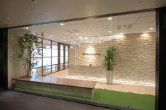 石畳と木目の温かな雰囲気に包まれた南仏プロヴァンス風オフィス|オフィスデザイン事例|デザイナーズオフィスのヴィス