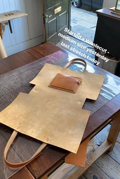 Leather Bag Tutorial, Leather Bag Pattern, Sewing Leather, Leather Diy Crafts, Leather Projects, Leather Craft, Handmade Handbags, Leather Bags Handmade, Handmade Bags