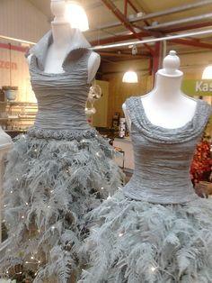 De tops zijn gemaakt van paverpol, textielverharder. De rokken zijn van wit gespoten asparagus waarin lichtjes zijn verwerkt.