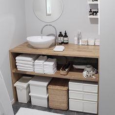 バスルームでも見せる収納が可能。タオルは白で統一し綺麗に積み重ね、バスグッズなどは統一した容器に入れると見た目がすっきりします。ハンドソープなども、ボトルのデザインがシンプルでおしゃれなものをセレクトしてみて。