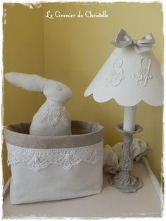 Lapin de Pâques ! http://legrenierdechris.canalblog.com lampe patinée