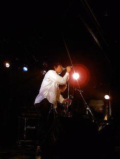 [Champagne]2004/1/17 作詞・作曲・ボーカル担当のよーへいくん 4年近く前に僕のアパートでギターを弾いていた彼 あの時、「お前が歌った方が絶対良いのに」という僕の発言が あっても無くても、きっと彼は歌っていたのだろうなと思うけど 遥か昔にちゃんと言ってた自分がちょっと嬉しい、今日この頃。 「環七」と「river」という曲が好きです Champagne, Concert, Concerts