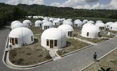 INDONESIA. Las casas más insólitas y únicas alrededor del mundo, desde cavernas, casas en los árboles, refugios en forma de pelota de fútbol, casas con forma de inodoro o portátiles, hogar dulce hogar.   Dwi Oblo / Reuters