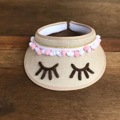 Viseira infantil de Praia personalizada Floppy Straw Hat, Straw Bag, Christmas Books, Crochet Accessories, Craft Stick Crafts, Sun Hats, Baby Dress, Diy Gifts, Hand Weaving