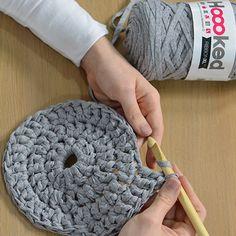 DIY decor: make a crochet pouf cover - Marie Claire Idées - Olivia Homepage Crochet Pouf, Crochet Ripple, Crochet Diy, Crochet Shirt, Hand Crochet, Crochet Stitches, Crochet Patterns, Crochet Hats, Crochet Baskets